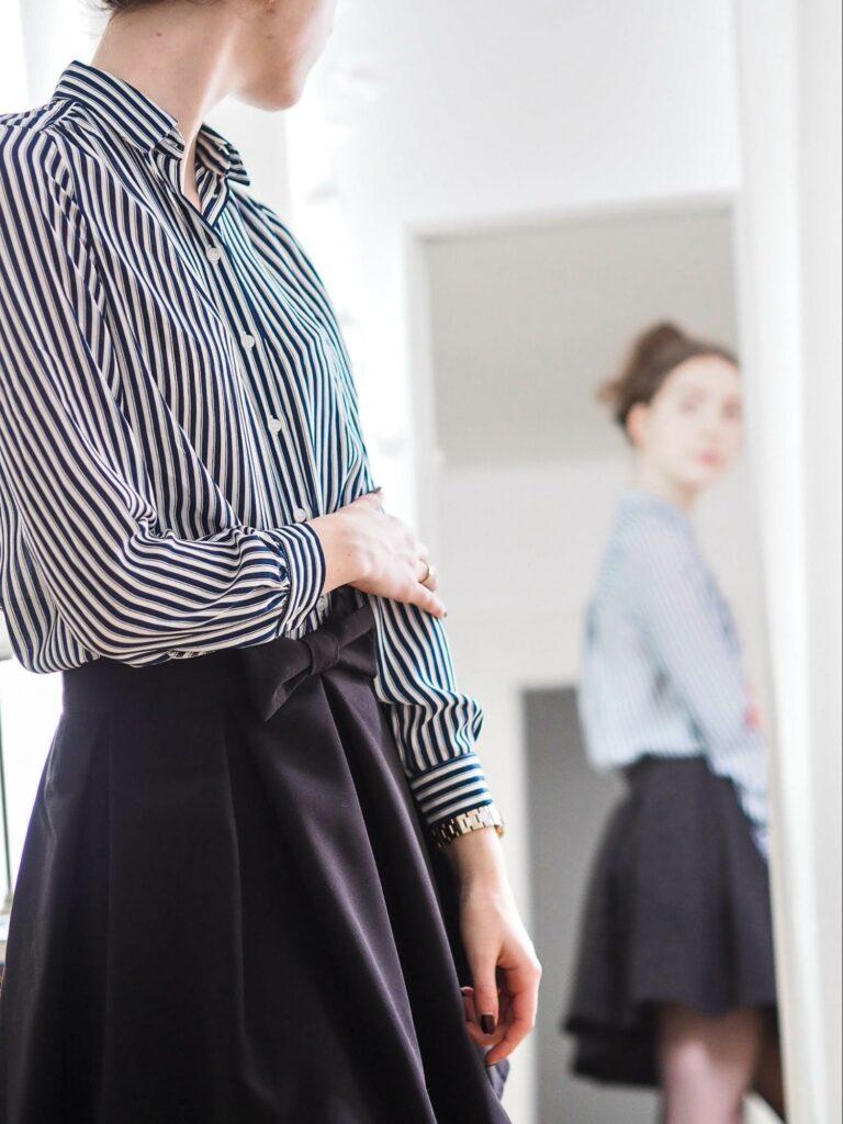 a girl that wear stripes shirt